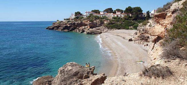 Les avantages d'un achat immobilier sur la Costa Dorada Urbanización Très Calas à L'Ametlla de Mar Tarragona Catalogne Espagne. Un investissement immobilier en Espagne sera souvent moins cher que son équivalent français, et le coût de la vie y étant moindre. L'achat d'une villa, d'une maison ou d'un appartement sur la Costa Dorada vous promet des années de vacances économiques. N'hésitez plus à acheter votre propre place au soleil. Chaleur, plage, activités touristiques en été, gastronomie a bon prix, quiétude, paysages magnifiques et beaux temps même en hiver, sont les garanties de pouvoir jouir de votre investissement immobilier sur la Costa Dorada de nombreuses années. Vous y passerez vos vacances en famille mais déciderez certainement de vous y installer lorsque vous pourrez profiter de votre retraite.